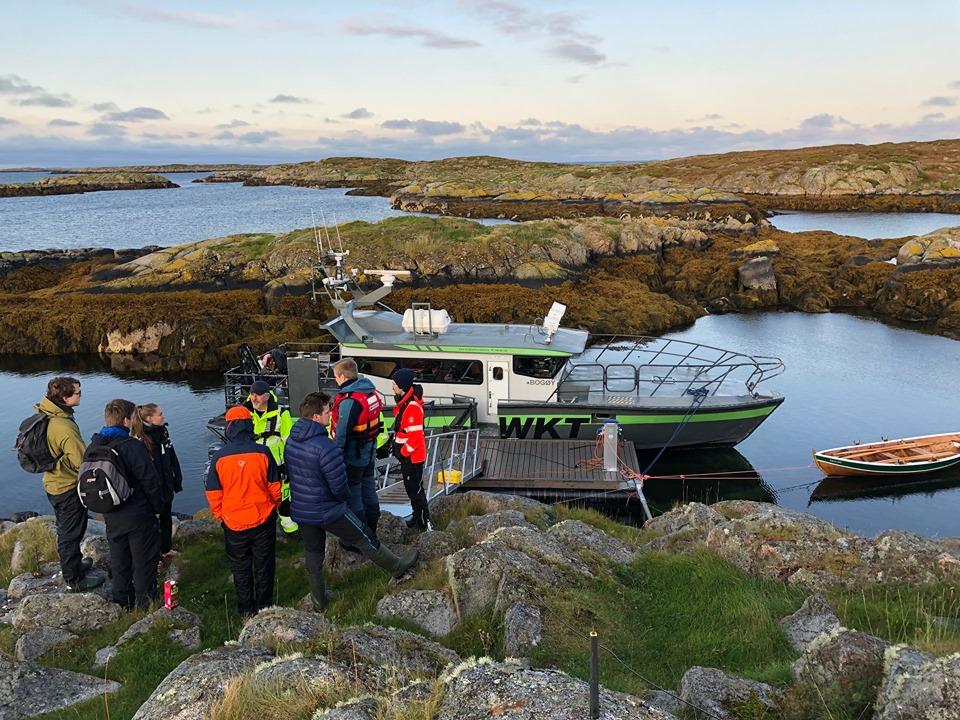 Øyhopping med hurtiggående passasjerbåt med stopp på Gjæsingen i Frøyas skjærgård, Øyrekka