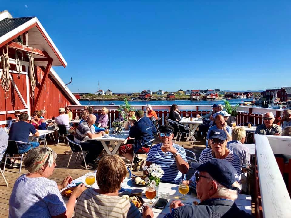 Uteservering på Terna Brygge på Sula i Øyrekka