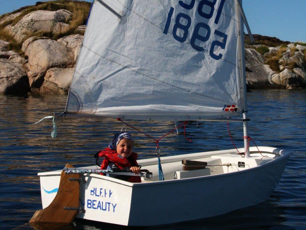 Liten gutt i seilbåt. Norgesferie med barn i Frøyas skjærgård, Øyrekka på Trøndelagskysten