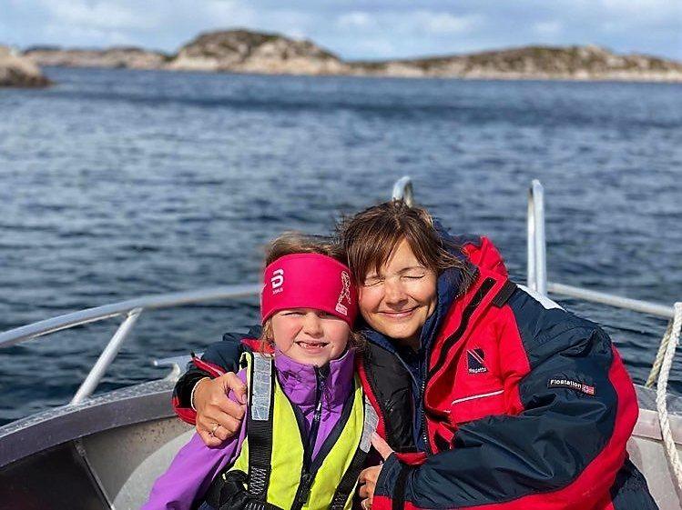 Familieidyll med egen skjærgårdsbåt i Øyrekka på Trøndelagskysten