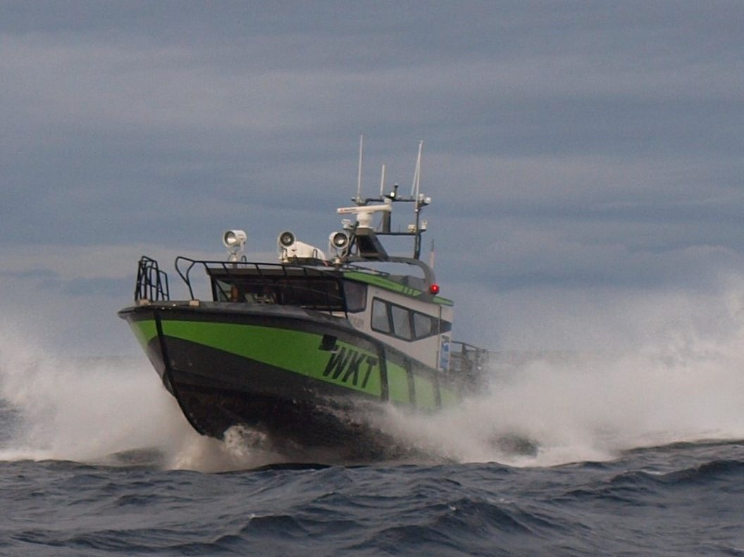 Hurtiggående charterbåt i Frøyas skjærgård, Øyrekka