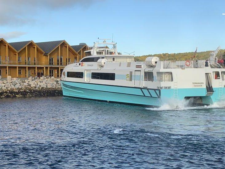 Kystekspressen ved Sandstad Hurtigbåtterminal på Frøya