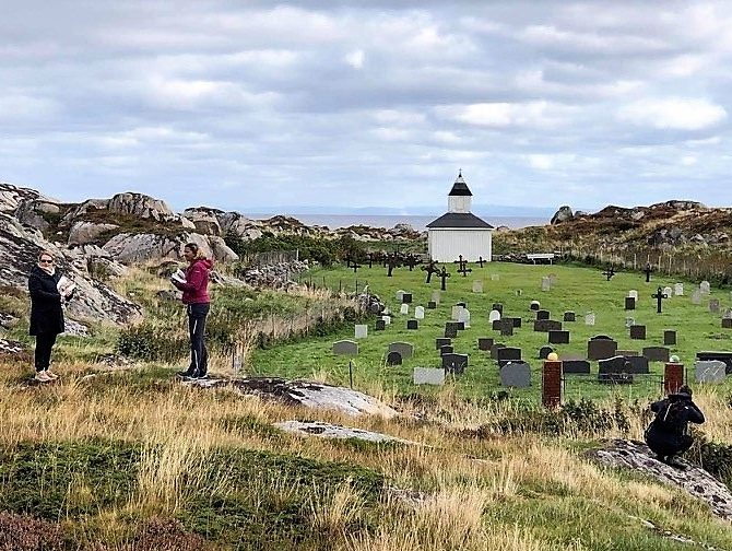 Værøy gravplass ved Sørburøya i Frøyas skjærgård, Øyrekka