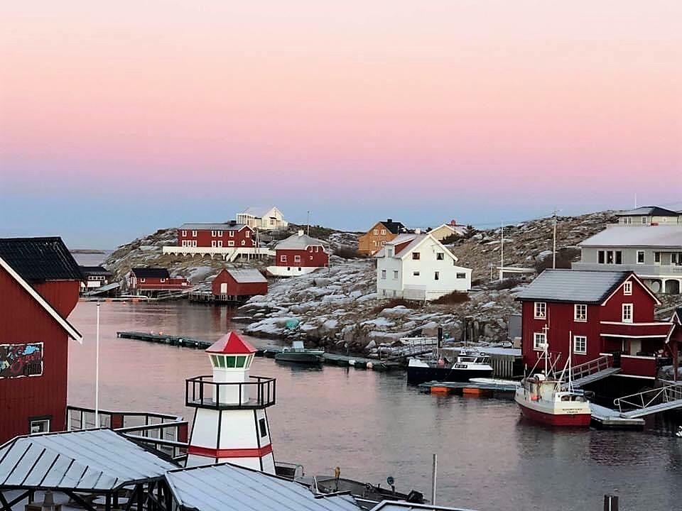Øya Bogøyvær i Frøyas skjærgård i Trøndelag. Velkommen til vinterlig øyhopping og julehandel